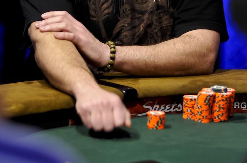 Чек в покере - ручной жест
